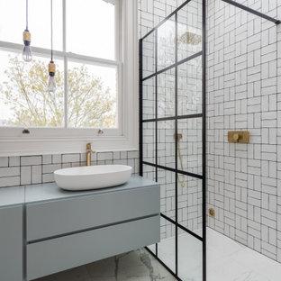Mittelgroßes Modernes Kinderbad mit flächenbündigen Schrankfronten, blauen Schränken, weißen Fliesen, offener Dusche, blauer Waschtischplatte, bodengleicher Dusche, Aufsatzwaschbecken und weißem Boden in London