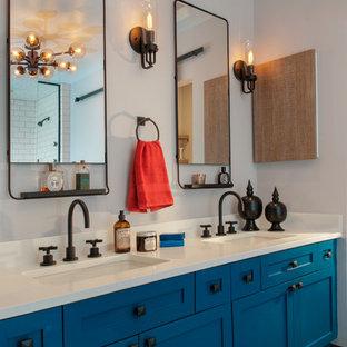 シカゴの中サイズのトランジショナルスタイルのおしゃれなマスターバスルーム (シェーカースタイル扉のキャビネット、ターコイズのキャビネット、ダブルシャワー、白いタイル、セラミックタイル、グレーの壁、磁器タイルの床、アンダーカウンター洗面器、珪岩の洗面台) の写真
