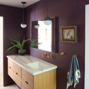 Ejemplo de cuarto de baño retro con paredes púrpuras, suelo de mármol y encimera de mármol