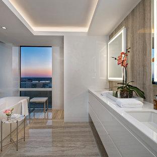 Ispirazione per una stanza da bagno padronale contemporanea di medie dimensioni con ante lisce, ante bianche, vasca freestanding, piastrelle marroni, pareti bianche, lavabo sottopiano, pavimento marrone, top bianco e top in quarzo composito