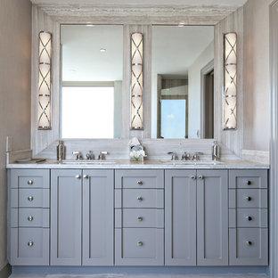 Foto di una stanza da bagno padronale classica con lavabo sottopiano, ante in stile shaker, ante grigie e pareti grigie
