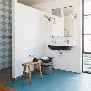 Esempio di una stanza da bagno padronale country con zona vasca/doccia separata, piastrelle blu, piastrelle bianche, pareti bianche, pavimento in legno verniciato, lavabo sospeso, pavimento blu e doccia aperta