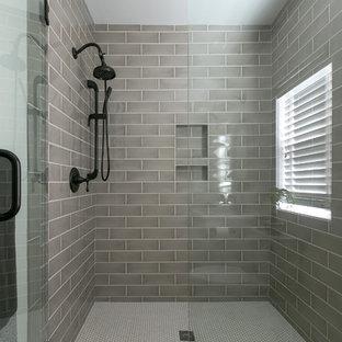 Esempio di una stanza da bagno padronale american style di medie dimensioni con ante in stile shaker, ante bianche, doccia ad angolo, WC monopezzo, pareti bianche e lavabo sottopiano
