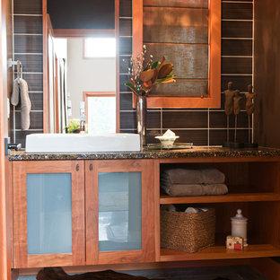 Idee per una stanza da bagno con doccia minimal di medie dimensioni con ante di vetro, ante in legno chiaro, lavabo a bacinella e top in granito