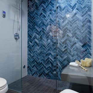 Idee per una piccola stanza da bagno con doccia eclettica con ante in stile shaker, ante in legno bruno, doccia alcova, WC monopezzo, piastrelle grigie, piastrelle di vetro, pareti blu, pavimento in gres porcellanato, lavabo sottopiano e top in quarzo composito