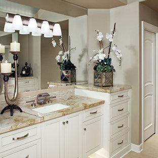 Imagen de cuarto de baño principal, clásico renovado, grande, con armarios con paneles con relieve, puertas de armario blancas, baldosas y/o azulejos beige, azulejos en listel, paredes beige, suelo laminado, lavabo bajoencimera, encimera de ónix, suelo beige y encimeras beige