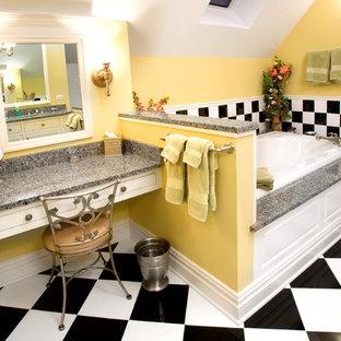 Foto di una stanza da bagno eclettica con ante bianche, vasca da incasso, piastrelle multicolore, pareti gialle e top grigio