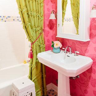 Immagine di una stanza da bagno tradizionale con lavabo a colonna, vasca ad alcova, vasca/doccia e pavimento con piastrelle a mosaico