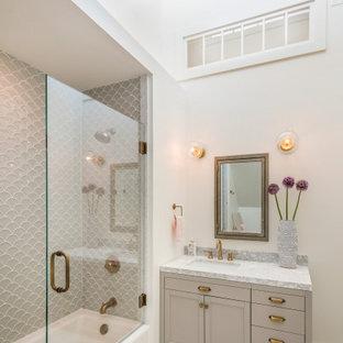 Exempel på ett maritimt grå grått badrum, med skåp i shakerstil, grå skåp, ett badkar i en alkov, en dusch/badkar-kombination, grå kakel, vita väggar, mosaikgolv, ett undermonterad handfat, vitt golv och dusch med gångjärnsdörr