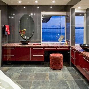 バンクーバーのコンテンポラリースタイルのおしゃれな浴室 (ベッセル式洗面器、赤いキャビネット、タイルの洗面台) の写真