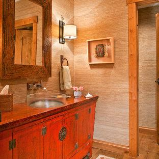 Immagine di una stanza da bagno con doccia minimalista di medie dimensioni con ante rosse, pareti beige, pavimento in legno massello medio, lavabo rettangolare e top in legno