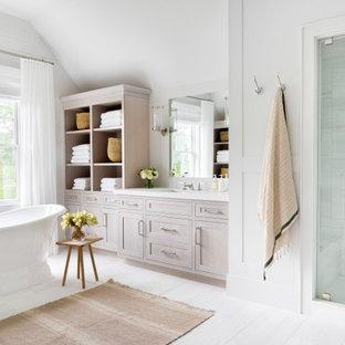 Idéer för att renovera ett mycket stort vintage vit vitt en-suite badrum, med luckor med infälld panel, skåp i ljust trä, ett badkar med tassar, en dusch i en alkov, en toalettstol med hel cisternkåpa, vit kakel, vita väggar, ett integrerad handfat, marmorbänkskiva, vitt golv och dusch med gångjärnsdörr