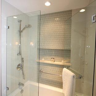 バンクーバーの中くらいのトランジショナルスタイルのおしゃれなマスターバスルーム (アンダーカウンター洗面器、落し込みパネル扉のキャビネット、白いキャビネット、大理石の洗面台、シャワー付き浴槽、ベージュのタイル、白い壁、リノリウムの床) の写真