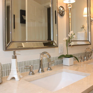 Ejemplo de cuarto de baño principal, tradicional renovado, de tamaño medio, con encimera de mármol, baldosas y/o azulejos beige, lavabo bajoencimera, armarios con paneles empotrados, puertas de armario blancas, combinación de ducha y bañera, paredes blancas y suelo de linóleo