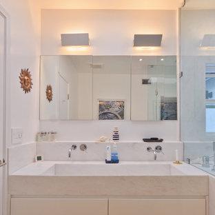 Modelo de cuarto de baño principal, de estilo americano, con encimera de mármol, ducha a ras de suelo y sanitario de pared