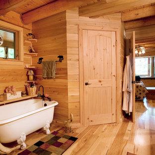 Foto de cuarto de baño principal, rústico, pequeño, con bañera con patas y suelo de madera en tonos medios