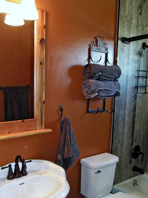 badezimmer mit einbaubadewanne und orangefarbenen w nden. Black Bedroom Furniture Sets. Home Design Ideas