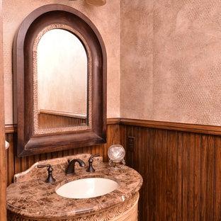 Ispirazione per una stanza da bagno rustica con lavabo sottopiano, consolle stile comò, ante beige e pareti beige