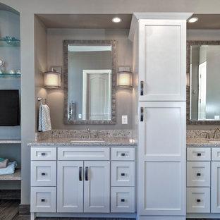 Foto de cuarto de baño principal, tradicional renovado, con lavabo bajoencimera, puertas de armario blancas, encimera de cuarzo compacto, bañera exenta, ducha empotrada, sanitario de una pieza, baldosas y/o azulejos grises, paredes grises y suelo de baldosas de cerámica