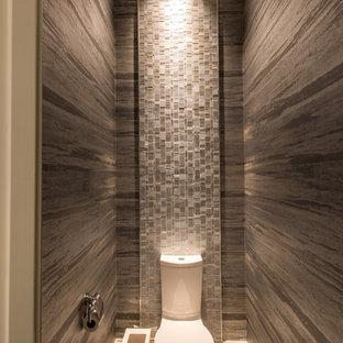 Idéer för att renovera ett funkis badrum, med en toalettstol med separat cisternkåpa, grå kakel, mosaik och bruna väggar