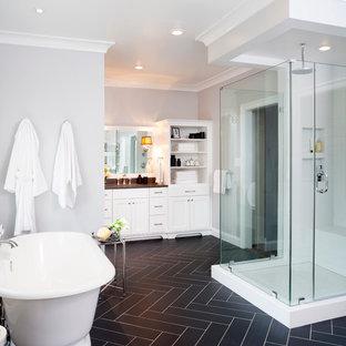 Foto di un'ampia stanza da bagno padronale classica con ante in stile shaker, ante bianche, vasca freestanding, WC a due pezzi, piastrelle nere, piastrelle in gres porcellanato, pareti grigie, pavimento in gres porcellanato, lavabo sottopiano e top in quarzo composito
