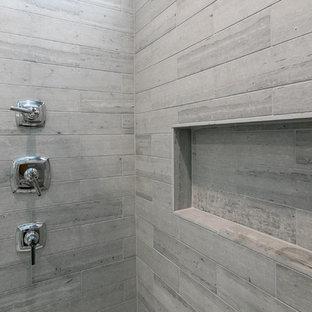 Ispirazione per una stanza da bagno tradizionale con piastrelle grigie e piastrelle di pietra calcarea