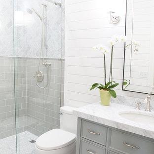 Idee per una piccola stanza da bagno con doccia classica con WC monopezzo, piastrelle di marmo, pareti bianche, pavimento con piastrelle a mosaico, lavabo sottopiano, top in marmo, consolle stile comò, ante grigie, doccia alcova, piastrelle grigie, pavimento grigio e porta doccia scorrevole