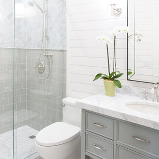 Idéer för att renovera ett mellanstort amerikanskt badrum med dusch, med luckor med profilerade fronter, gröna skåp, en toalettstol med hel cisternkåpa, grå kakel, marmorkakel, vita väggar, mosaikgolv, ett undermonterad handfat, marmorbänkskiva, grått golv och dusch med skjutdörr