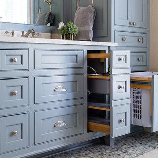 Inspiration för små klassiska en-suite badrum, med luckor med profilerade fronter, blå skåp, ett fristående badkar, en dusch i en alkov, en toalettstol med hel cisternkåpa, flerfärgad kakel, keramikplattor, beige väggar, klinkergolv i porslin, ett undermonterad handfat, bänkskiva i kvarts, beiget golv och dusch med gångjärnsdörr