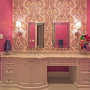 ダラスの中くらいのトランジショナルスタイルのおしゃれな子供用バスルーム (ベッセル式洗面器、シェーカースタイル扉のキャビネット、白いキャビネット、珪岩の洗面台、ドロップイン型浴槽、シャワー付き浴槽、グレーのタイル、石タイル、ピンクの壁、磁器タイルの床) の写真