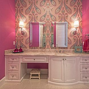 ダラスの中くらいのトランジショナルスタイルのおしゃれな子供用バスルーム (ベッセル式洗面器、シェーカースタイル扉のキャビネット、白いキャビネット、珪岩の洗面台、置き型浴槽、シャワー付き浴槽、グレーのタイル、石タイル、ピンクの壁、磁器タイルの床) の写真