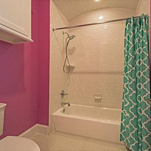 ダラスの中くらいのトランジショナルスタイルのおしゃれな浴室 (アンダーカウンター洗面器、シェーカースタイル扉のキャビネット、白いキャビネット、珪岩の洗面台、置き型浴槽、シャワー付き浴槽、グレーのタイル、石タイル、ピンクの壁、磁器タイルの床) の写真