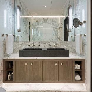 Mittelgroßes Modernes Badezimmer mit flächenbündigen Schrankfronten, braunen Schränken, Duschbadewanne, grauen Fliesen, weißen Fliesen, Marmorfliesen, weißer Wandfarbe, Marmorboden, Aufsatzwaschbecken, weißem Boden und offener Dusche in London
