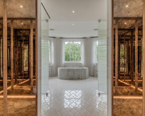 Salle d 39 eau de luxe avec un placard porte vitr e for Baignoire avec porte vitree