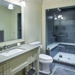 Immagine di una stanza da bagno con doccia tradizionale di medie dimensioni con ante con riquadro incassato, ante bianche, doccia alcova, WC a due pezzi, piastrelle in gres porcellanato, pareti bianche, pavimento in ardesia, lavabo sottopiano e top in zinco