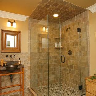 Modelo de cuarto de baño clásico con armarios abiertos, puertas de armario de madera clara, suelo de baldosas tipo guijarro y encimera de cobre
