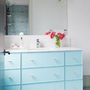 トロントの大きいコンテンポラリースタイルのおしゃれなバスルーム (浴槽なし) (フラットパネル扉のキャビネット、青いキャビネット、ドロップイン型浴槽、シャワー付き浴槽、ビデ、白いタイル、石スラブタイル、白い壁、大理石の床、一体型シンク、珪岩の洗面台、白い床、開き戸のシャワー) の写真