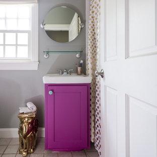 Esempio di una piccola stanza da bagno con doccia chic con ante in stile shaker, ante viola, pareti grigie, lavabo integrato, pavimento grigio, un lavabo e mobile bagno incassato