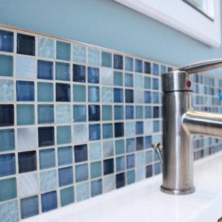 Imagen de cuarto de baño con ducha, minimalista, pequeño, con lavabo integrado, armarios con paneles lisos, puertas de armario de madera oscura, ducha empotrada, sanitario de una pieza, baldosas y/o azulejos grises, baldosas y/o azulejos en mosaico, paredes verdes y suelo de baldosas de porcelana