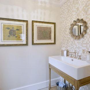 Immagine di una grande stanza da bagno padronale vittoriana con lavabo a bacinella, ante lisce, ante bianche, doccia alcova, WC a due pezzi, piastrelle beige, piastrelle di vetro, pareti bianche e pavimento con piastrelle in ceramica