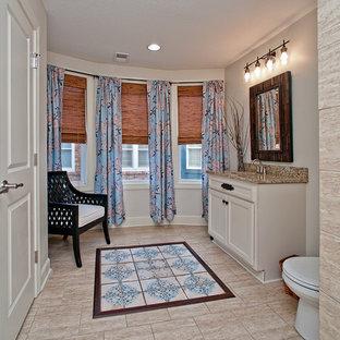 Foto de cuarto de baño principal, ecléctico, pequeño, con puertas de armario blancas, sanitario de dos piezas, baldosas y/o azulejos de mármol, paredes marrones, suelo de baldosas de cerámica, encimera de granito y suelo beige