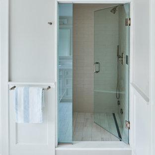 Idéer för mellanstora vintage en-suite badrum, med en dusch i en alkov, grå väggar, marmorgolv, grått golv, dusch med gångjärnsdörr och vit kakel