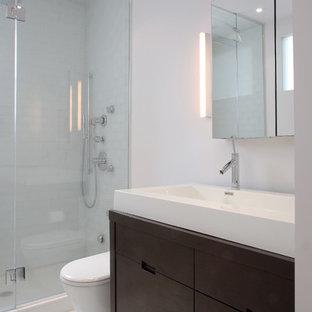 Новые идеи обустройства дома: ванная комната в современном стиле с плиткой мозаикой и монолитной раковиной