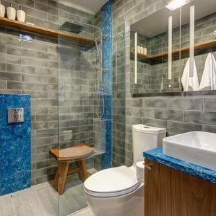 Foto di una piccola stanza da bagno con doccia bohémian con ante in legno scuro, doccia a filo pavimento, piastrelle grigie, pareti grigie, pavimento grigio, doccia aperta e top blu