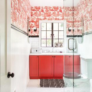 На фото: ванная комната в стиле кантри с фасадами в стиле шейкер, красными фасадами, угловым душем, раздельным унитазом, белой плиткой, красными стенами, полом из мозаичной плитки, душевой кабиной, белым полом, душем с распашными дверями, плиткой кабанчик, врезной раковиной, мраморной столешницей, белой столешницей, тумбой под одну раковину, встроенной тумбой и обоями на стенах