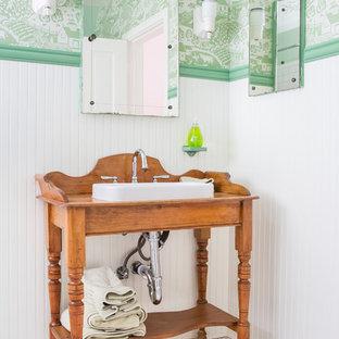 Mittelgroßes Landhausstil Kinderbad mit Einbauwaschbecken, verzierten Schränken, hellbraunen Holzschränken, grüner Wandfarbe, Mosaik-Bodenfliesen, weißem Boden, Eckbadewanne, Duschbadewanne, Wandtoilette mit Spülkasten, weißen Fliesen, Metrofliesen, Duschvorhang-Duschabtrennung, Nische, Einzelwaschbecken, freistehendem Waschtisch und Tapetenwänden in Los Angeles
