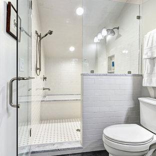 Ejemplo de cuarto de baño infantil, marinero, pequeño, con lavabo bajoencimera, armarios con paneles lisos, puertas de armario blancas, encimera de mármol, bañera encastrada sin remate, ducha empotrada, sanitario de dos piezas, baldosas y/o azulejos grises, baldosas y/o azulejos de cerámica, paredes blancas y suelo de baldosas de cerámica