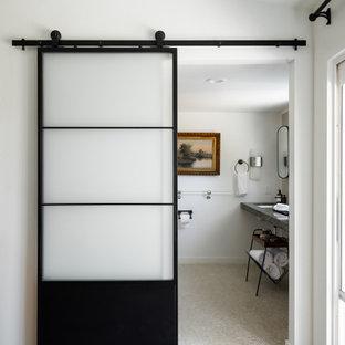 Idéer för att renovera ett mellanstort vintage svart svart en-suite badrum, med svarta skåp, en öppen dusch, en toalettstol med separat cisternkåpa, brun kakel, keramikplattor, vita väggar, klinkergolv i keramik, ett undermonterad handfat, granitbänkskiva, beiget golv och dusch med duschdraperi