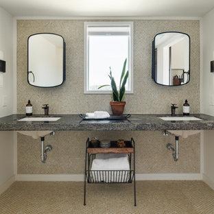 Inspiration för mellanstora klassiska svart en-suite badrum, med svarta skåp, en öppen dusch, en toalettstol med separat cisternkåpa, brun kakel, keramikplattor, vita väggar, klinkergolv i keramik, ett undermonterad handfat, granitbänkskiva, beiget golv och dusch med duschdraperi