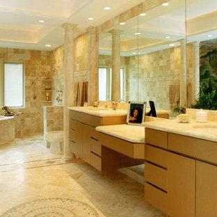 Foto de cuarto de baño minimalista, extra grande, con lavabo bajoencimera, armarios con paneles lisos, puertas de armario beige, encimera de cuarzo compacto, bañera exenta, ducha a ras de suelo, sanitario de dos piezas, baldosas y/o azulejos beige, paredes beige y suelo de travertino